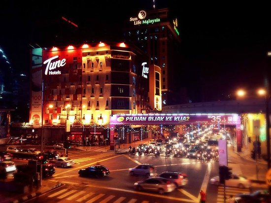 Tune Hotel Kuala Lumpur : View at night over a busy street