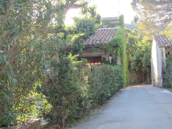 Baumanière les Baux de Provence: The front entrance
