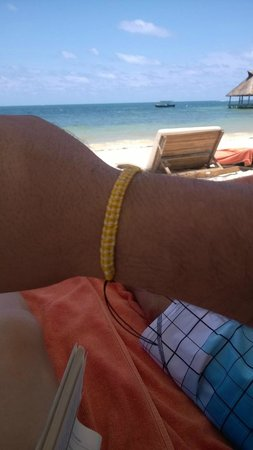 Zoetry Paraiso de La Bonita : Enseñando mi pulsera y descansando en la zona de playa