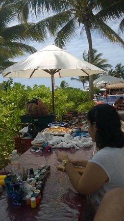 Zoetry Paraiso de La Bonita : actividades manuales diversas, aquí mi esposa haciéndome una pulserita