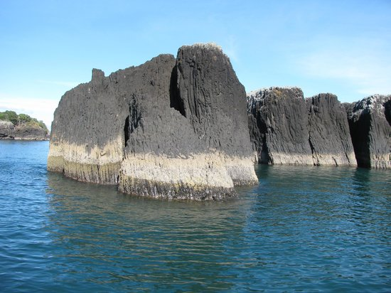 Fullers GreatSights Bay of Islands Day Tours: Interesting rock formations