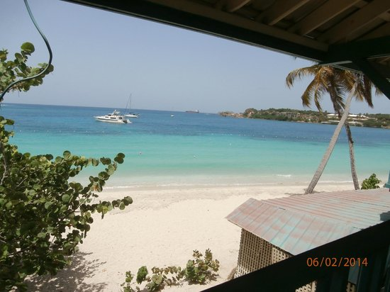 Island Beachcomber Hotel: standing on end of upper balcony