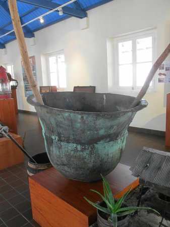 Fort Zoutman : large pot probably used in smelting gold