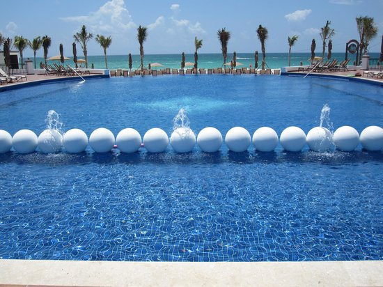 Grand Residences Riviera Cancun : view of the infinity kiddy/family pool overlooking the beach
