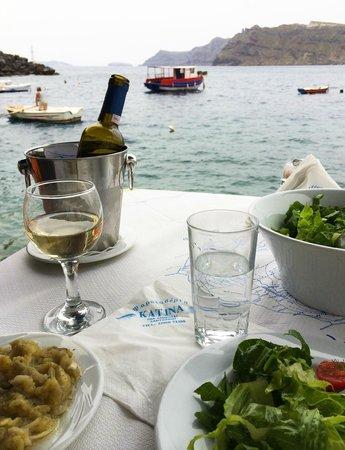 Taverna Katina: Sigalas Asyrtiko with my salads