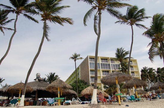 Holiday Inn Resort Aruba - Beach Resort & Casino: We were in this building right near the Iguana Bar about 2 rooms from ocean front