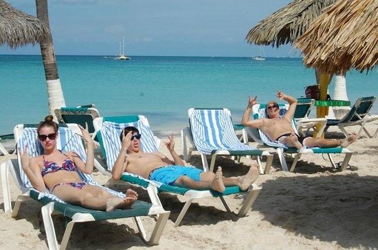 Holiday Inn Resort Aruba - Beach Resort & Casino: Enjoying our beach time near the Iguana Bar