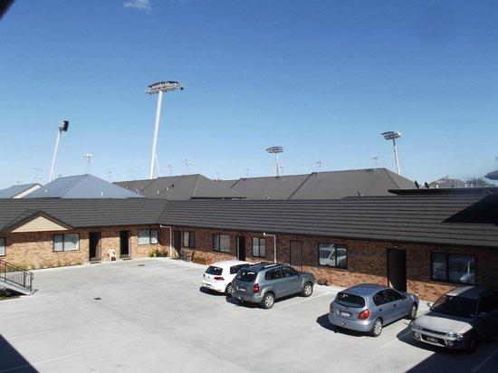 Arena Court Motor Lodge: Courtyard + Waikato Stadium Lights