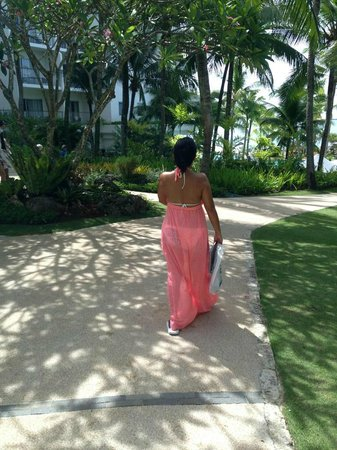 Shangri-La's Mactan Resort & Spa: on my way  for a swim to the beautiful beach of Shangrila