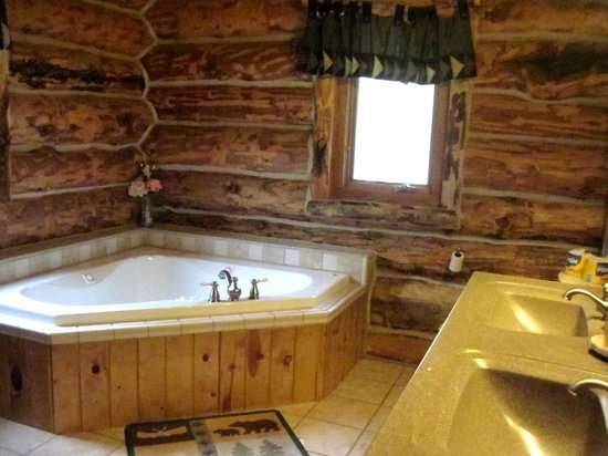 Hillside Country Cabins: #18 Silver Mountain Lodge master suite bath