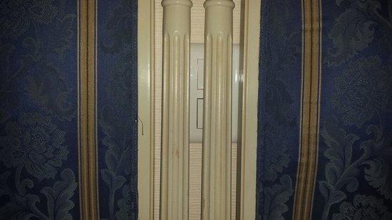 Best Western Hotel D'Anjou : L'interrupteur des applisues est caché derrière la tête du lit,  pas très pratique.