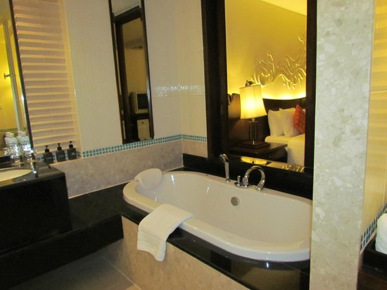 Patong Paragon Resort & Spa: Bathroom