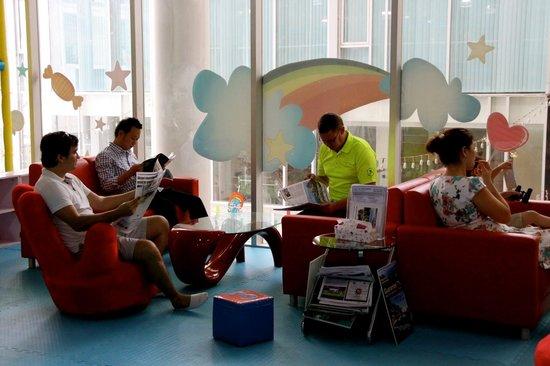The Kids Club Phuket: 爸爸看報紙