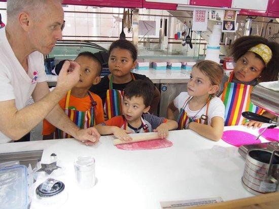 The Kids Club Phuket: 澳洲來的廚師正在教小朋友做Cupcake