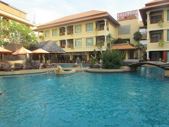 Patong Paragon Resort & Spa : Pool - swim up bar in the middle