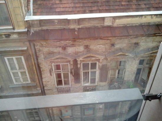 Paradise Apartments: Вид из окна вниз