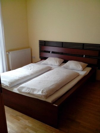 "Paradise Apartments: спальня. ""пионерские кровати"""