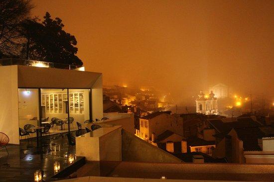 Memmo Alfama Hotel : Blick zur Weinbar.