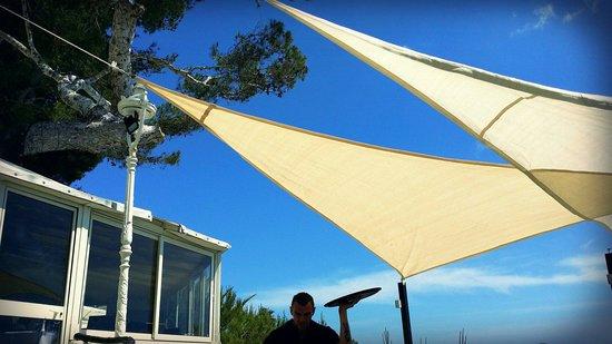 Restaurant La Pinede : Voiles de la pinède dans le ciel d'Azur