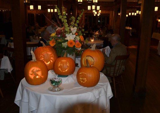 Migis Lodge: Jack O'Lanterns in dining room closing weekend