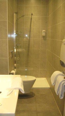La Residence: Modern bathroom with shower