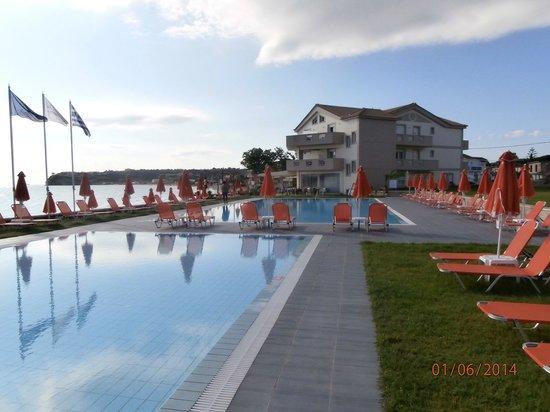 Al Mare Beach Hotel: Pools and hotel
