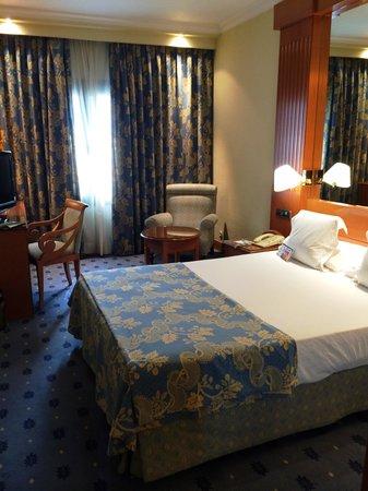 Hotel Sevilla Macarena: Room