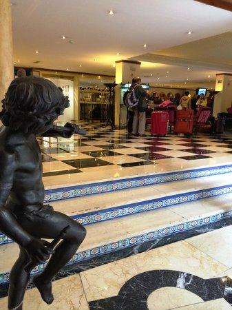 Hotel Sevilla Macarena: Foyer