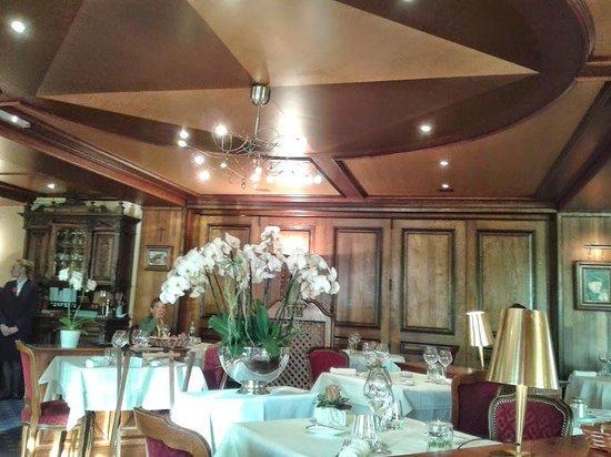 Au Boeuf Rouge: Salle principale du restaurant
