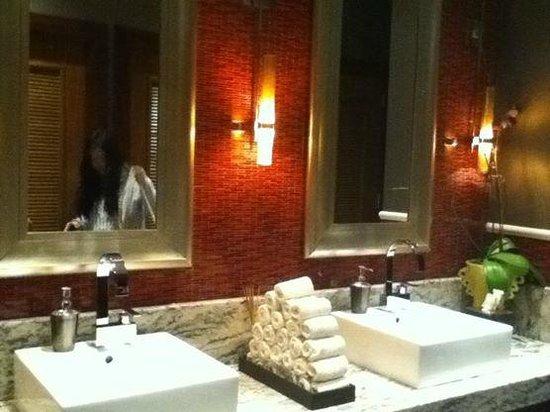Renaissance Atlanta Midtown Hotel: restroom