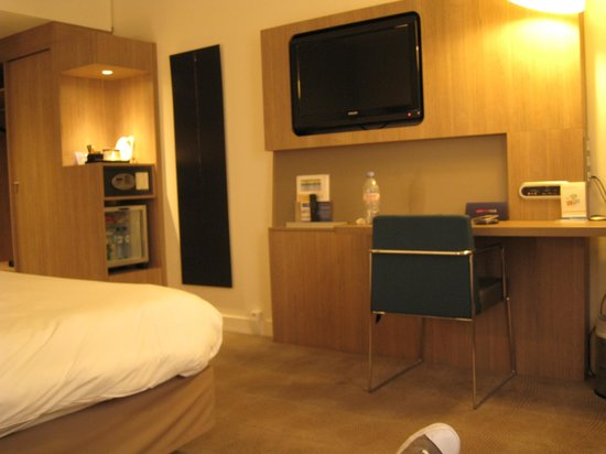Novotel Brussels City Centre: Zona tv, escritorio, minibar..