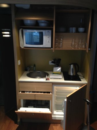 Adagio City Aparthotel Nantes Centre : Well equiped kitchenette