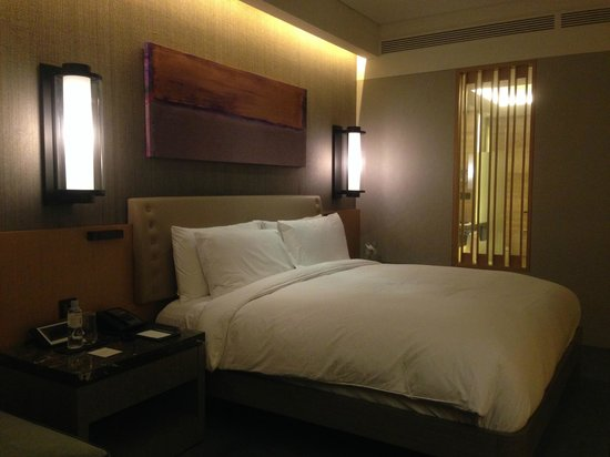 Conrad Seoul: Very comfortable bed. Quiet, great sleeping conditions.