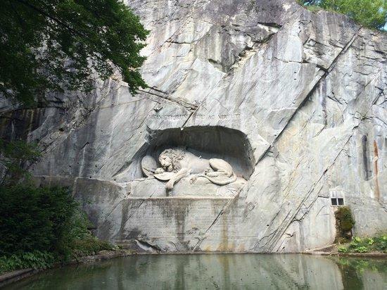 Monumento al león de Lucerna: МЫ СЛАВИМ ПРЕДАННОСТЬ И ВЕРНОСТЬ