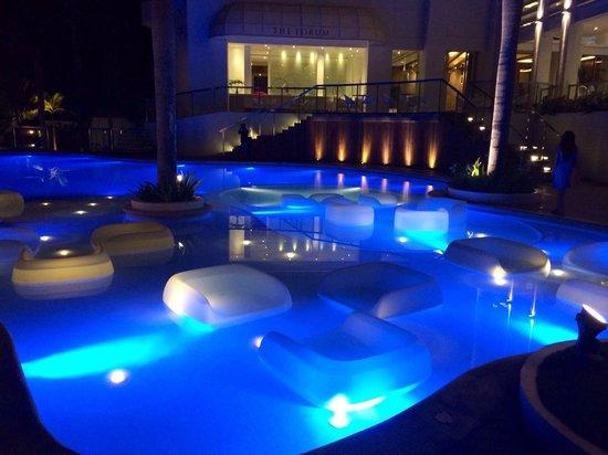 Movenpick Hotel Mactan Island Cebu: Inviting pool at night