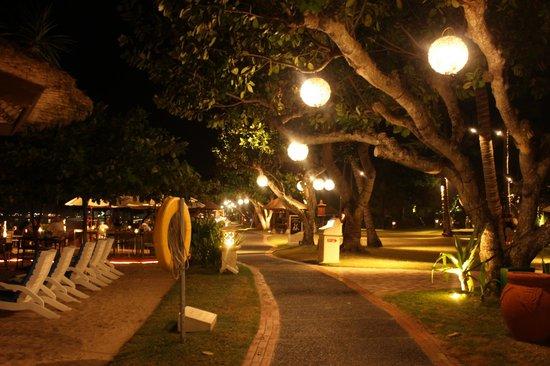 Nusa Dua Beach Hotel & Spa: Beach front walkway