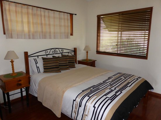 Destiny Boonah Eco Cottages and Donkey Farm: Green Cottage main bedroom
