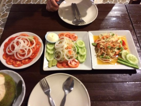 Massaman Restaurant & Bar: tomato salad, normal salad, som tam