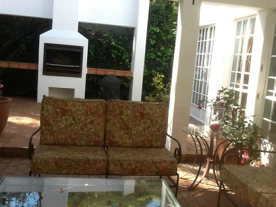 Cotswold Gardens Guest House: Chill braai area