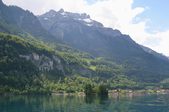 Lake Brienz: Distant mountains