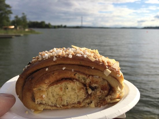 Cafe Regatta: cinnamon bun with a view. :)