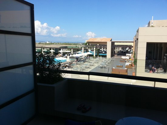 Astir Odysseus Kos Resort & Spa: balcony view in front of main bar.