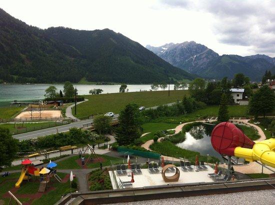 Kinderhotel Buchau: Ausblick auf den See und hoteleigenen Badeteich (zusätzlich zum Schwimmbad)