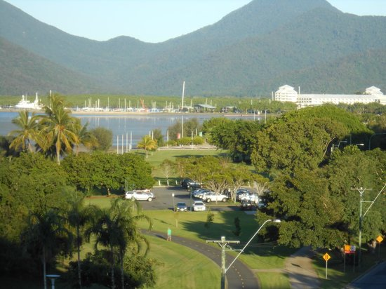 Holiday Inn Cairns Harbourside: Cairns from the balcony of our room