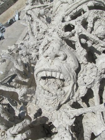 Wat Rong Khun : Tormented soul in the pit