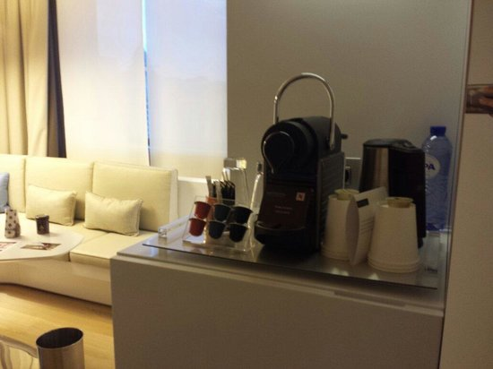 Pullman Brussels Centre Midi Hotel: Tea and coffee, and free mini bar