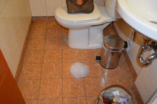 President Hotel : le sol de la salle de bain pendant la douche !!!