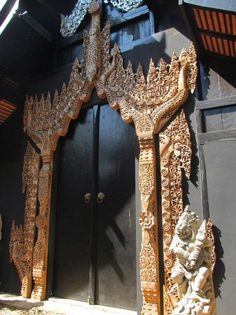 Casa Negra - Baan Si Dum - Museo Baandum: Carved entrance to one of the houses