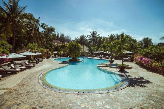 Victoria Phan Thiet Beach Resort & Spa: Poolside bar
