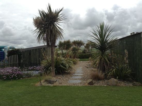 Sands Resort Hotel & Spa: nice landscaping near the giant draughts, bouncy castle and surf shack